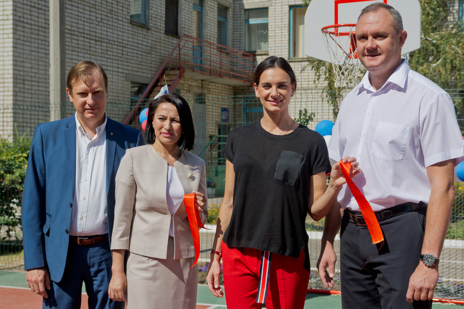 YELENA ISINBAYEVA TOGETHER WITH COCA-COLA OPENS SPORTING GROUNDS